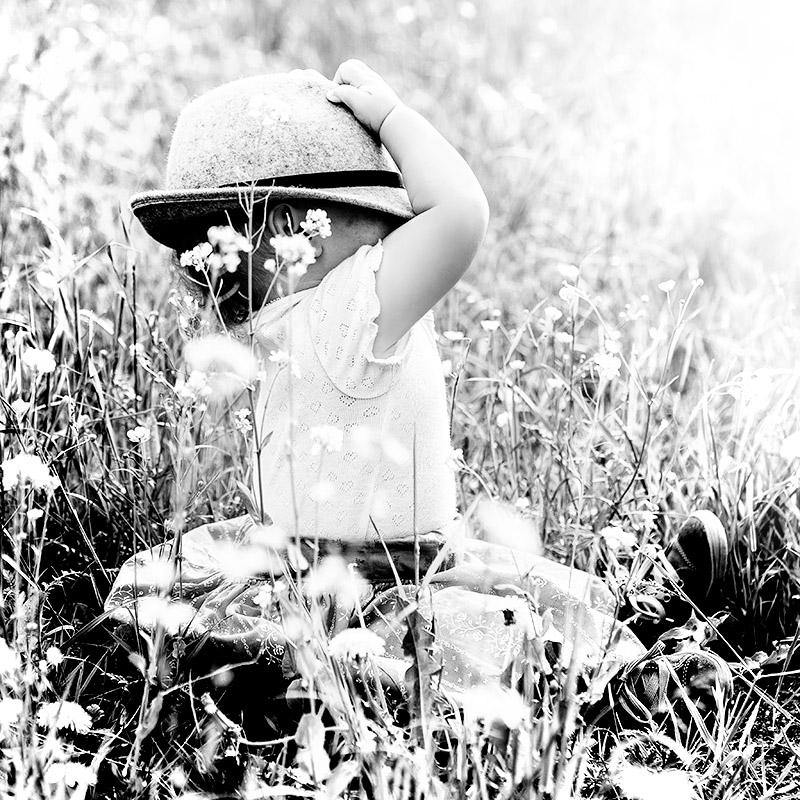 Mädchen in der Blumenwiese - by mOnA - MORI Fotografie