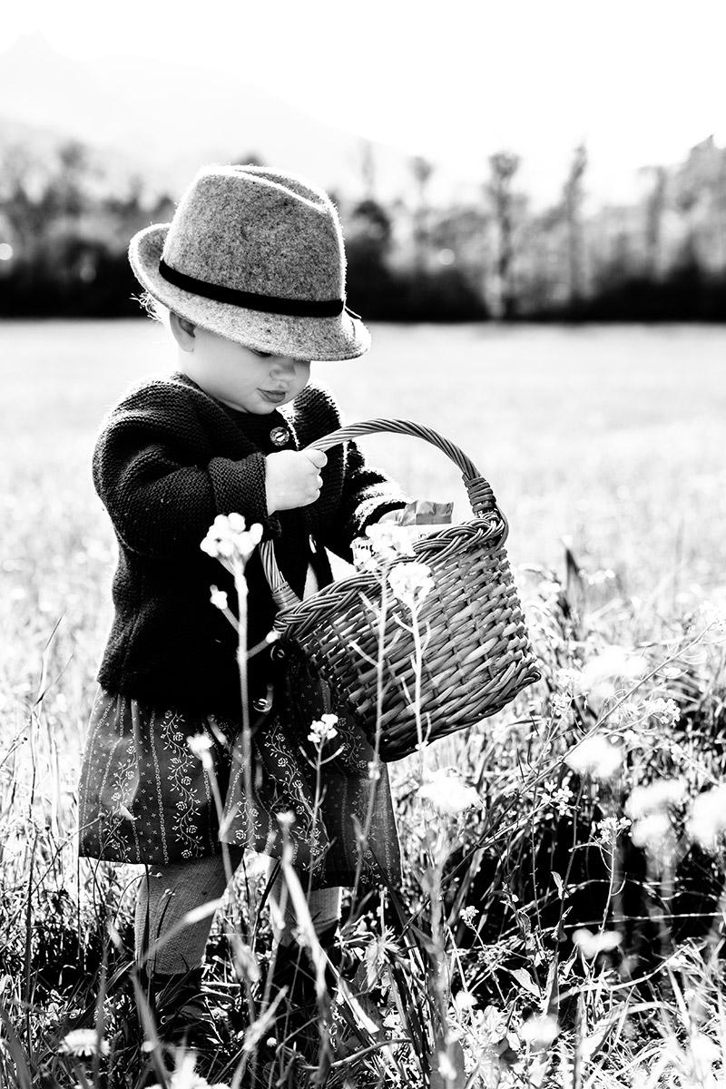 Mädchen mit Blumenkörbchen - by mOnA - MORI Fotografie